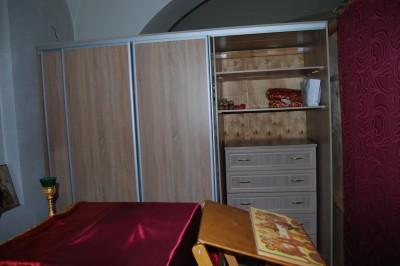 Заказан и смонтирован шкаф для облачений батюшки