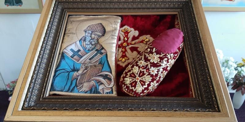 В храме пребывает святыня —тапочек святителя Спиридона